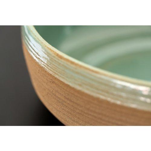 ARTISANN-design Met de draaischijf handgemaakte schaal van natuurklei afgewerkt met een mooie groene hoogbakkende glazuur.