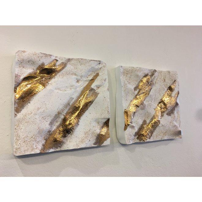 Vierkant keramisch wandobject gemaakt op het strand in Knokke en afgewerkt met goud