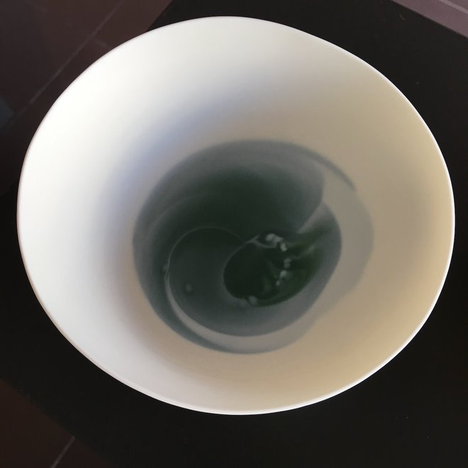 In de mal gedraaide porseleinen kom met blauw grijze kleurtinten al draaiend aangebracht