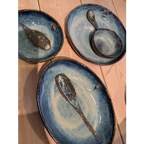 ARTISANN-design In de mal gelegde ronde  schaal van Belgische klei met een mooie Floating-Blauw hoogbakkende glazuur.