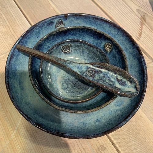 ARTISANN-design In de mal gelegde ovale schaal van Belgische klei met een mooie Floating-Blauw hoogbakkende glazuur.