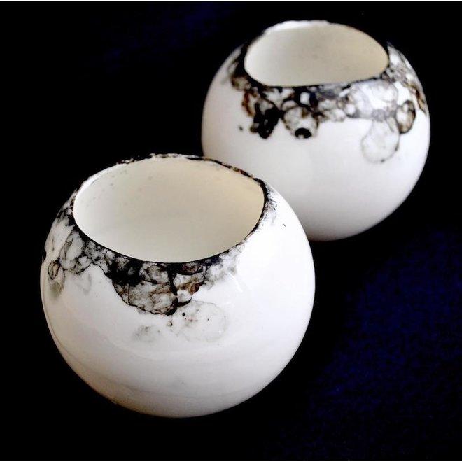 Windlight en porcelaine translucide avec un accent noir distinct