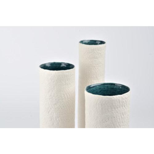 """K!-design Vazen """"Lakes"""" handgemaakte in porselein met blauw Gefascineerd door de stroming en beweging van het water, dat nooit helemaal tot stilstand komt. Door gebruik te maken van de lijnen en het kleurenpalet dat de natuur in het water vormt, komen deze vazen to"""