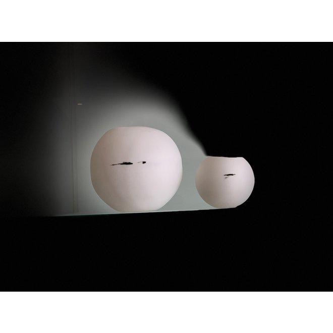 Windlicht van lichtdoorlatende porselein met een apart zwart accent.