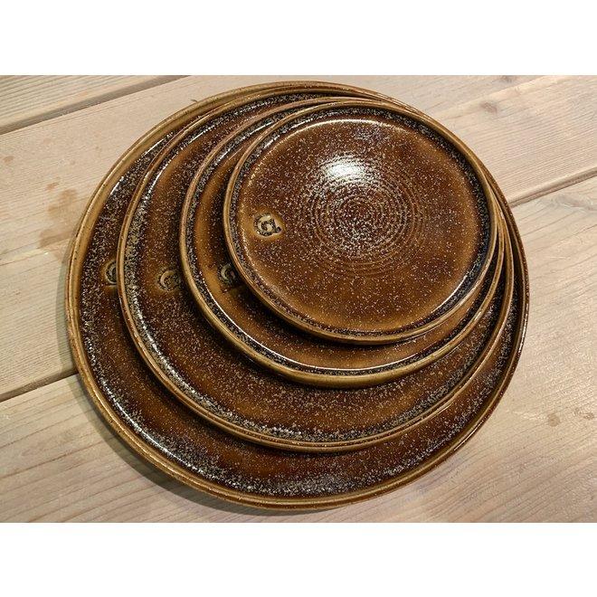 Avec l'assiette fait main en argile Pyrite et son magnifique glaçage à feu Floating orange brown