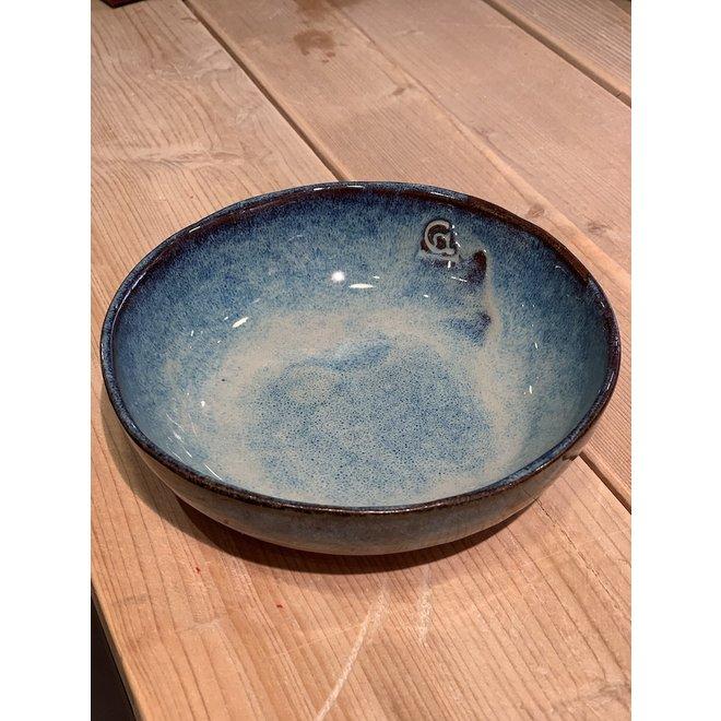 Dans le moule posé, un bol ronde d'argile belge avec un bel émail hautement cuit Floating blue.