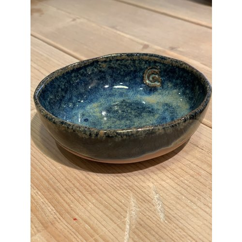 ARTISANN-design In the mold laid round dish of Belgian clay with a beautiful Floating blue highly fired glaze.
