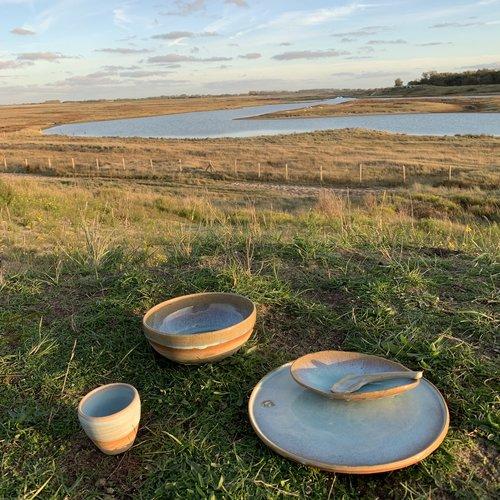 Belgisch hedendaags handgemaakt keramisch servies in unieke glazuren zal uw tafelbeleving persoonlijk en speciaal maken.