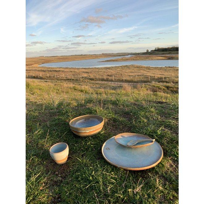 Met de draaischijf handgemaakt bord van gespikkelde Pottery-clay met een mooie subtiel turquoise hoogbakkende glazuur.