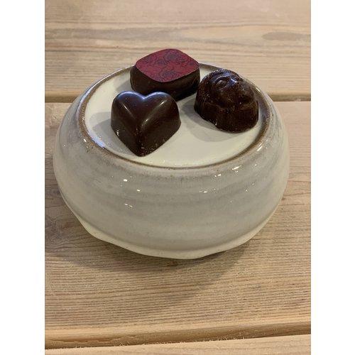 ARTISANN-design Met de draaischijf handgemaakte presentatieschoteltje van Engelse gespikkelde Pottery klei met een mooie Floating witte hoogbakkende glazuur.
