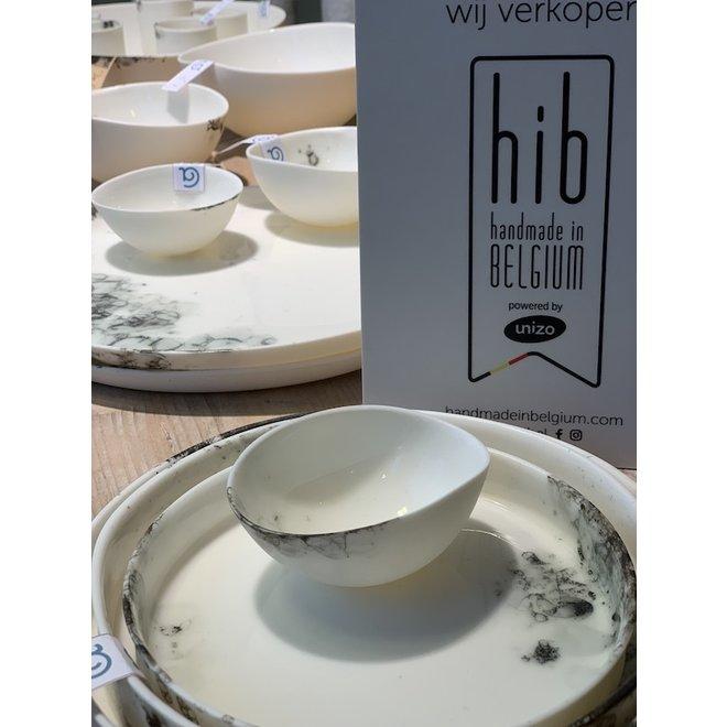 Assiette en porcelaine (ici en combinaison avec des petites) de la vaisselle Bonny avec finie avec des boutons noirs en technique Bubbles