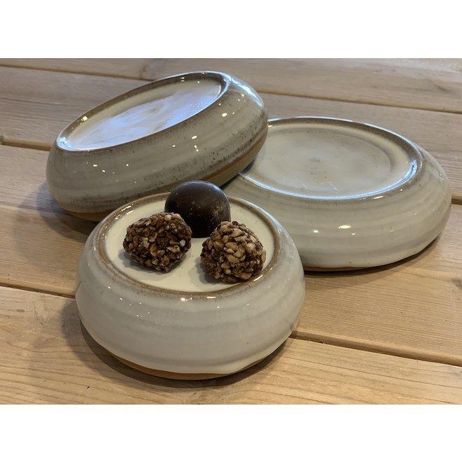 Met de draaischijf handgemaakte presentatie schoteltje van Engelse gespikkelde Pottery klei met een mooie Floating witte hoog bakkende glazuur.