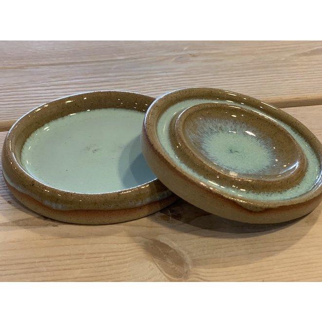 Met de draaischijf handgemaakt klein zout of peper schaaltje te verkrijgen in blauw, groen, wit, bruin hoogbakkende glazuur.