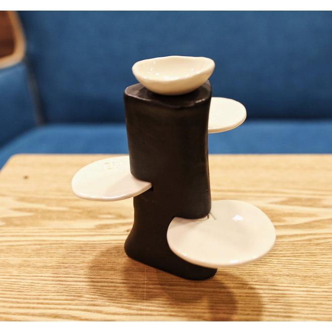 Handgemaakt tafelornament in een rechte vorm met porseleinen toebehoren