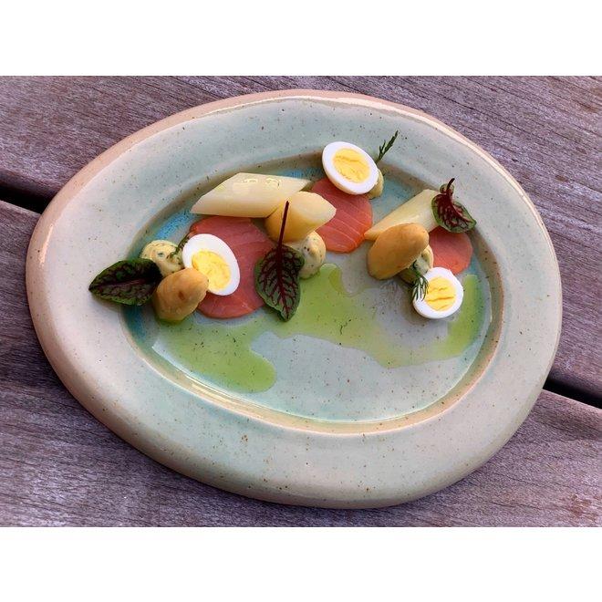 Assiette ovale terminée par un glaçage vert pomme.