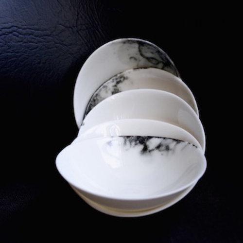 Een handgemaakt porseleinen servies straalt door zijn fijnheid en finesse en geeft uw tafel een unieke feeling