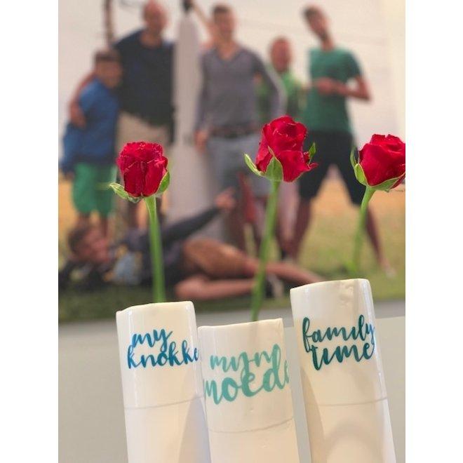 """""""My Knokke"""" parlent d'eux-mêmes dans un vase en porcelaine unique en forme de cylindre"""