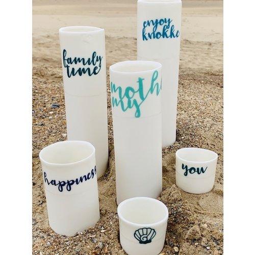 """ARTISANN-design """"My Knokke, Familytime, Qualitytime"""" spreken voor zichzelf op een uniek porseleinen vaas in cilindervorm"""