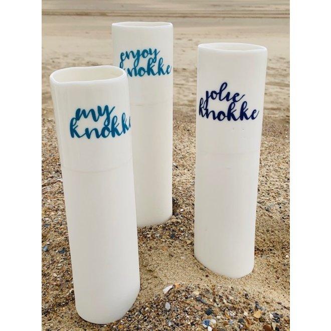 """""""My Knokke"""" spreekt voor zichzelf op een uniek porseleinen vaas in cilindervorm"""