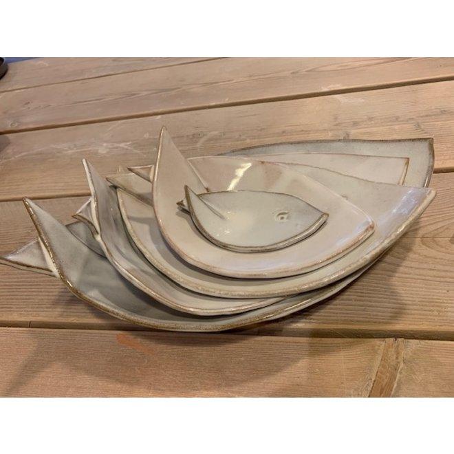Plat creuse blanche de ceramique en forme de poisson. Plat original pour apéritifs, sushis, fromages et biscuits ...
