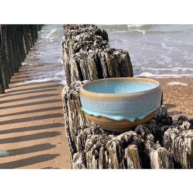 Avec le plateau tournant fait à la main en argile de poterie avec un magnifique glacis à haute cuisson bleu foncé flottant.