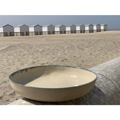 LS-design Plat fait main en terre cuite beige finie avec un bord naturel vert et bleu.