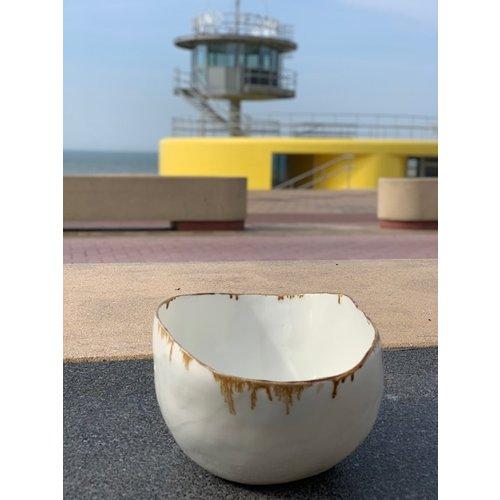 LS-design Scale en porcelaine blanche déformé au four et fini avec un beau bord en manganèse peint à la main