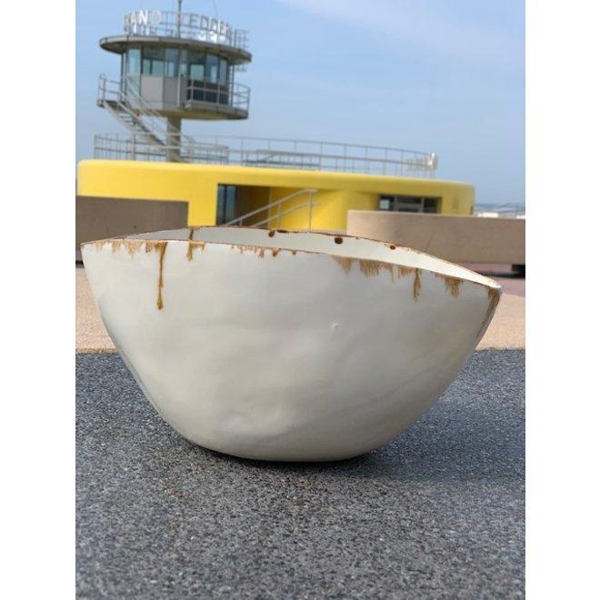 Scale en porcelaine blanche déformé au four et fini avec un beau bord en manganèse peint à la main