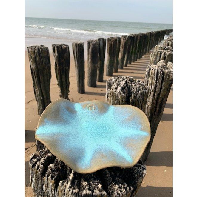 Handgemaakte schaal  van Engelse gespikkelde Pottery klei met een mooie Floating- lichtblauw, turkooise hoogbakkende glazuur.