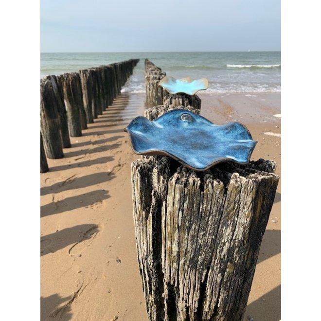 Coupe fait main d'argile de poterie mouchetée anglaise avec un beau glaçage flottant bleu clair et turquoise à haute cuisson.