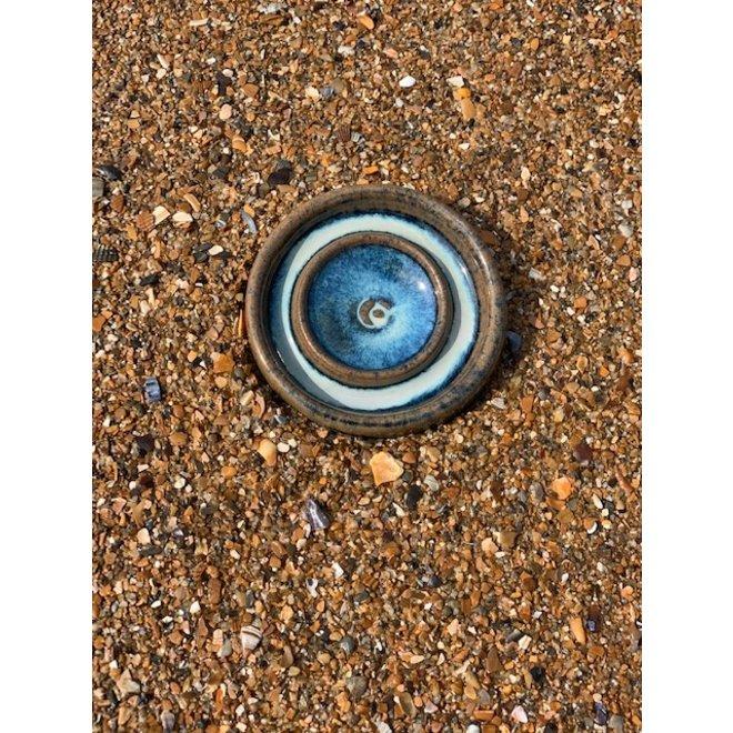 Met de draaischijf handgemaakt klein keramisch olieschaaltje te verkrijgen in blauw, groen, wit, bruin hoogbakkende glazuur .