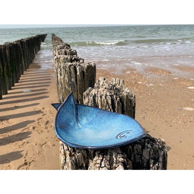 Blauw keramisch schaaltje in de vorm van een vis. Origineel schaaltje voor aperitief hapjes, sushi, kaas en koekjes...
