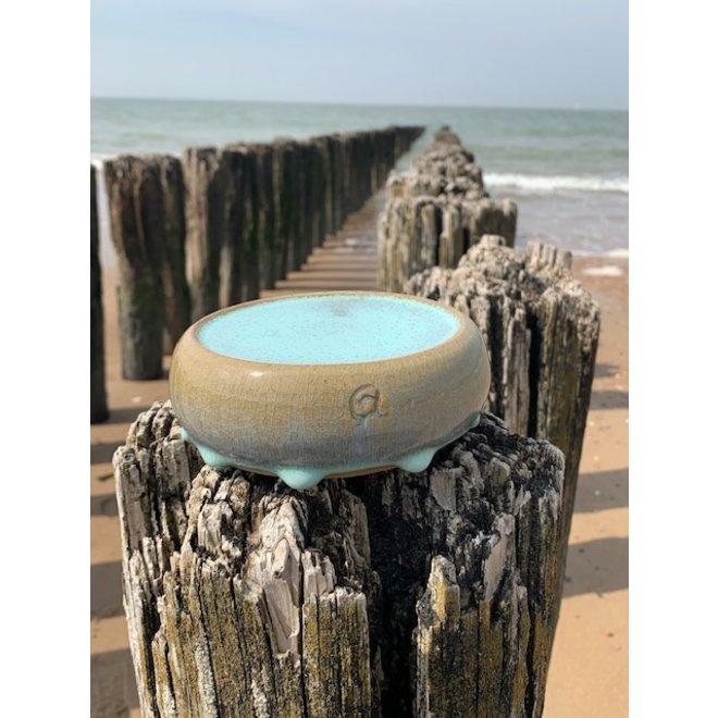 Met de draaischijf handgemaakt presentatie schoteltje van Engelse gespikkelde Pottery klei met een mooie Floating- lichtblauw, turkooise hoogbakkende glazuur.