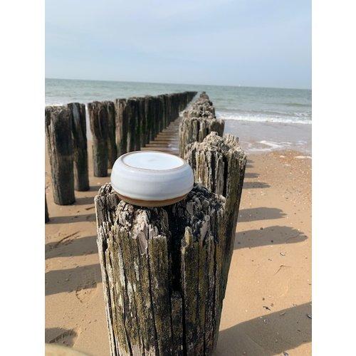ARTISANN-design Met de draaischijf handgemaakte presentatie schoteltje van Engelse gespikkelde Pottery klei met een mooie Floating witte hoog bakkende glazuur.