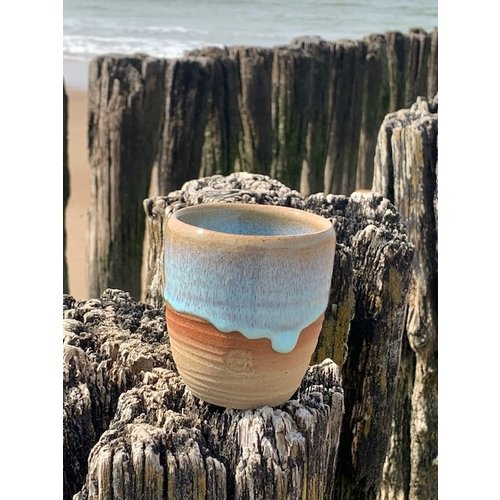ARTISANN-design Met de draaischijf handgemaakte koffietas of theemok van Engelse gespikkelde Pottery klei met een mooie floating turquoise hoog bakkende glazuur.