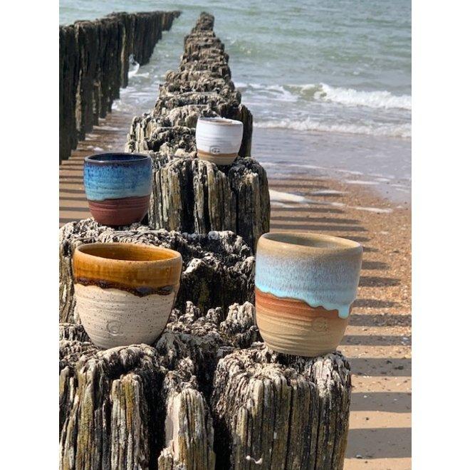 Met de draaischijf handgemaakte tas van gespikkelde Pyriet klei met een mooie Floating oranje-bruine hoogbakkende glazuur.