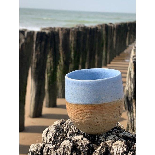 Met de draaischijf handgemaakte tas van natuurklei afgewerkt met een mooie lichtblauwe hoog bakkende glazuur.