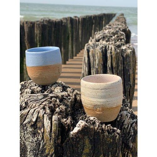 ARTISANN-design  Avec le tasse tourné à la main en argile naturelle fini avec un beau glacis bleu clair à haute cuisson.