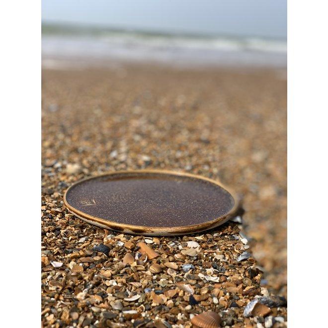 Met de draaischijf handgemaakte bord van gespikkelde Pyriet klei met een mooie Floating oranje bruine hoogbakkende glazuur.