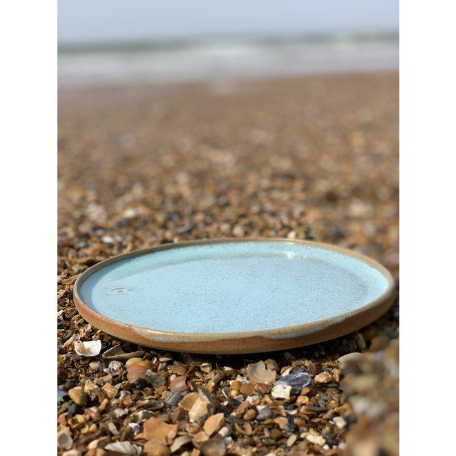 L'assiette fait avec les mains en argile mouchetée anglaise et son magnifique glaçage à feu Floating turquoise.