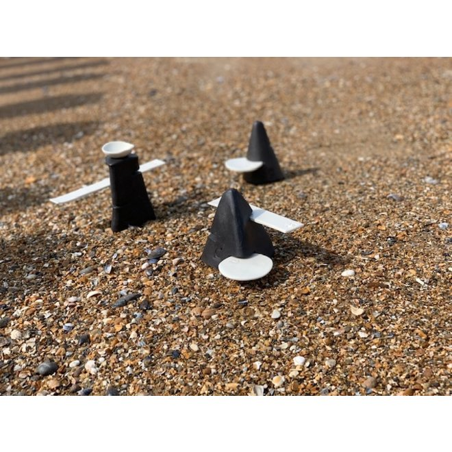 Handgemaakt tafelornament in een piramide vorm met porseleinen toebehoren