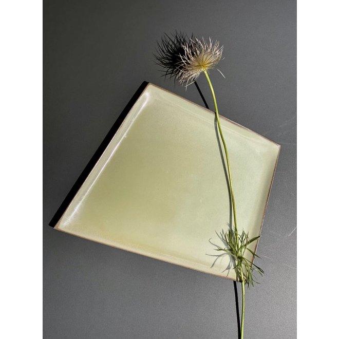 Origineel handgemaakt keramisch bord gemaakt in een onregelmatige vorm dat zeer uniek is afgewerkt met een frisse kleur.