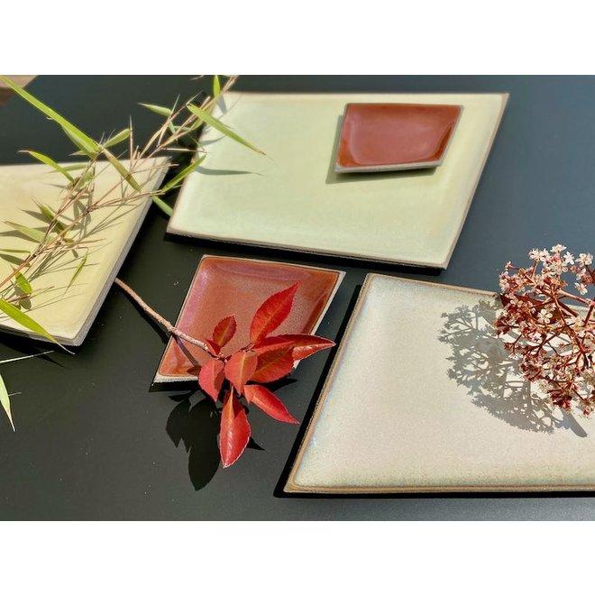 Assiette en céramique originale faite à la main de forme irrégulière très unique, fini avec une couleur fraîche.