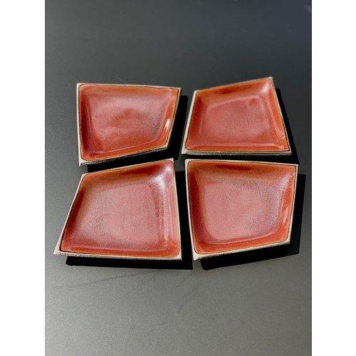 K!-design Petite assiette en céramique originale faite à la main de forme irrégulière très unique, fini avec une couleur rouge.