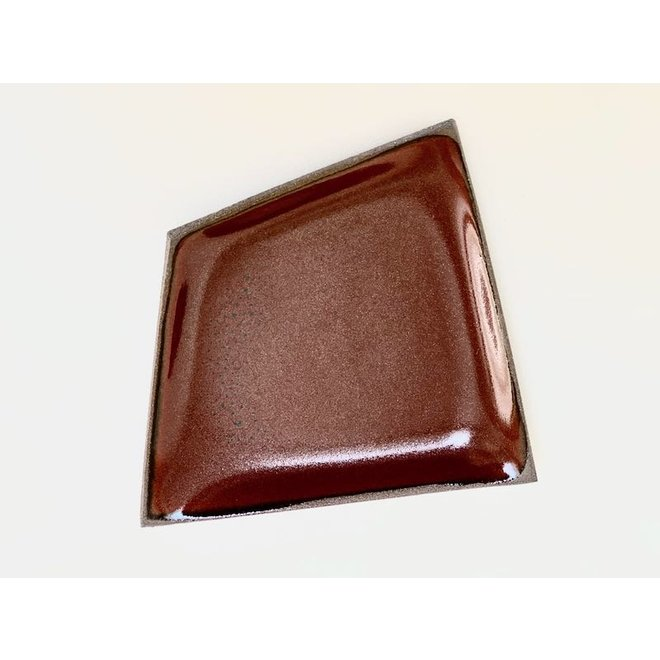 Origineel handgemaakt keramisch bordje gemaakt in een onregelmatige vorm dat zeer uniek is afgewerkt met een rode kleur.