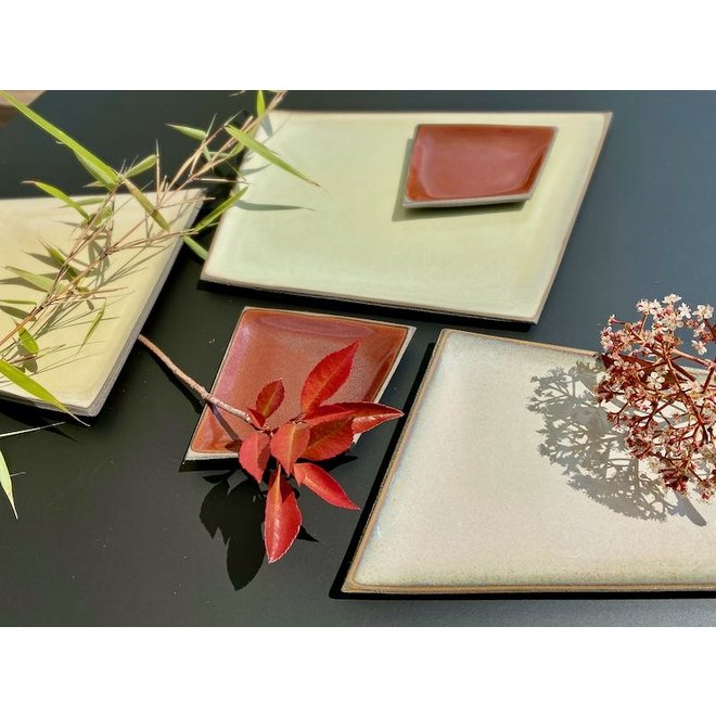 Petite assiette en céramique originale faite à la main de forme irrégulière très unique, fini avec une couleur rouge.