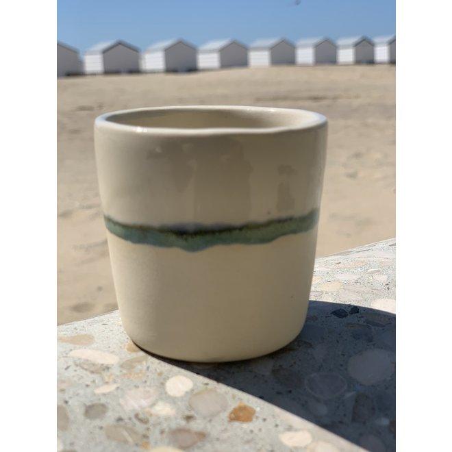 Keramische handgemaakt espressotasje van beige gietklei met een groen en blauw randje