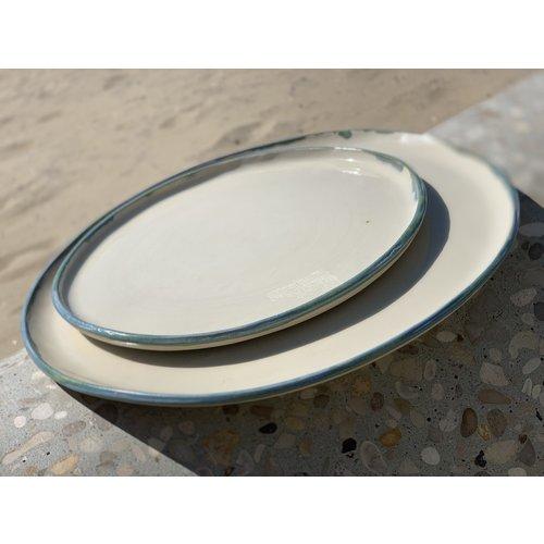 LS-design fabriqué à la main en argile beige et fini avec une bordure verte et bleue