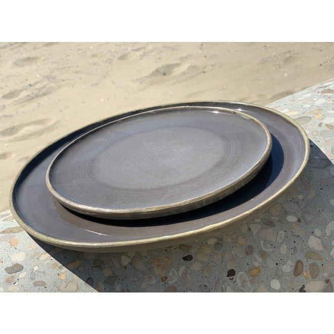 Bord handgemaakt in keramiek van grijze gietklei met een handgeschilderd oker randje