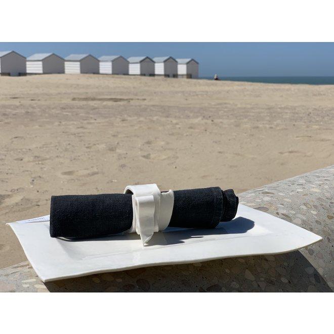 Rond de serviette blanche fait main et beau sur chaque table